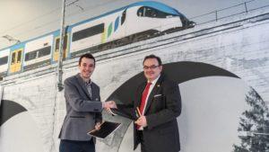 Prezes KŚ Wojciech Dinges i Peter Jančovič, członek Zarządu LEO Express Polska Sp. z o.o. podczas podpisania umowy